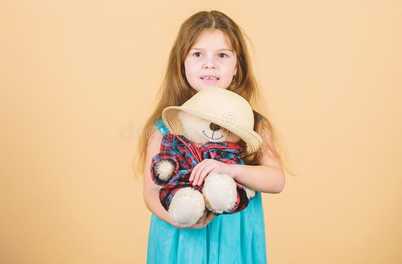 Ο πιό χαριτωμένος πάντα Τρυφερές συνδέσεις Η μικρή λαβή κοριτσιών teddy αντέχει το καπέλο αχύρου παιχνιδιών βελούδου Ερωτευμένος  στοκ φωτογραφία με δικαίωμα ελεύθερης χρήσης