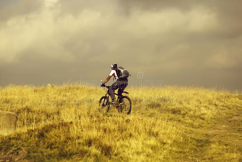 Ο ποδηλάτης ατόμων οδηγά το ποδήλατο βουνών στοκ φωτογραφία με δικαίωμα ελεύθερης χρήσης