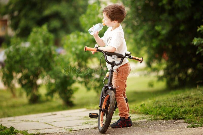 Ο ποδηλάτης πίνει το νερό στοκ φωτογραφία