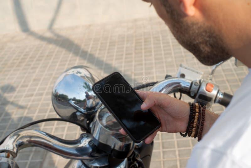Ο ποδηλάτης συμβουλεύεται στενό επάνω οθόνης smartphone στοκ φωτογραφίες με δικαίωμα ελεύθερης χρήσης