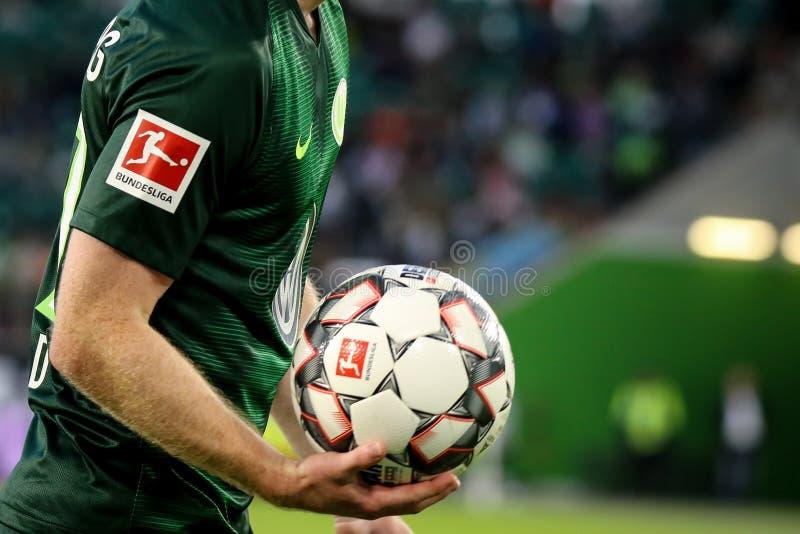 Ο ποδοσφαιριστής Maximilian Arnold παίρνει την επίσημη σφαίρα στην εποχή του 2018-2019 στοκ εικόνα με δικαίωμα ελεύθερης χρήσης