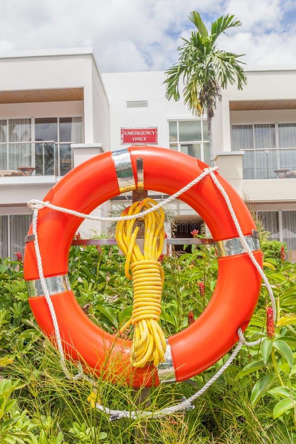 Ο πορτοκαλής σημαντήρας ζωής με τον κόμβο σχοινιών κρεμά εδώ κοντά το ξενοδοχείο στοκ φωτογραφίες με δικαίωμα ελεύθερης χρήσης