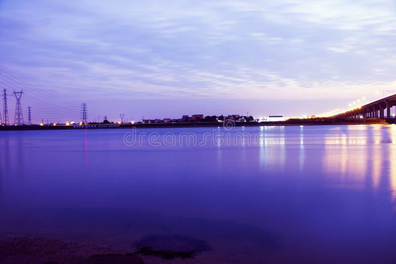 Ο ποταμός είναι πολύ ήρεμος τη νύχτα στοκ εικόνα