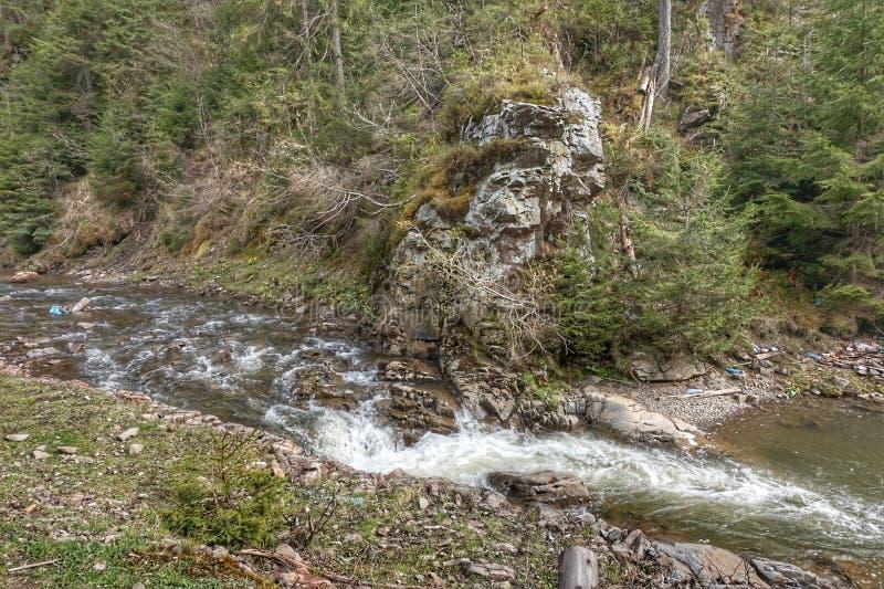 Ο ποταμός με έναν μικρό καταρράκτη στα Καρπάθια βουνά στοκ φωτογραφίες με δικαίωμα ελεύθερης χρήσης
