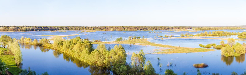 Ο ποταμός στην πλημμύρα μετά από το χιονώδη χειμώνα στοκ εικόνες