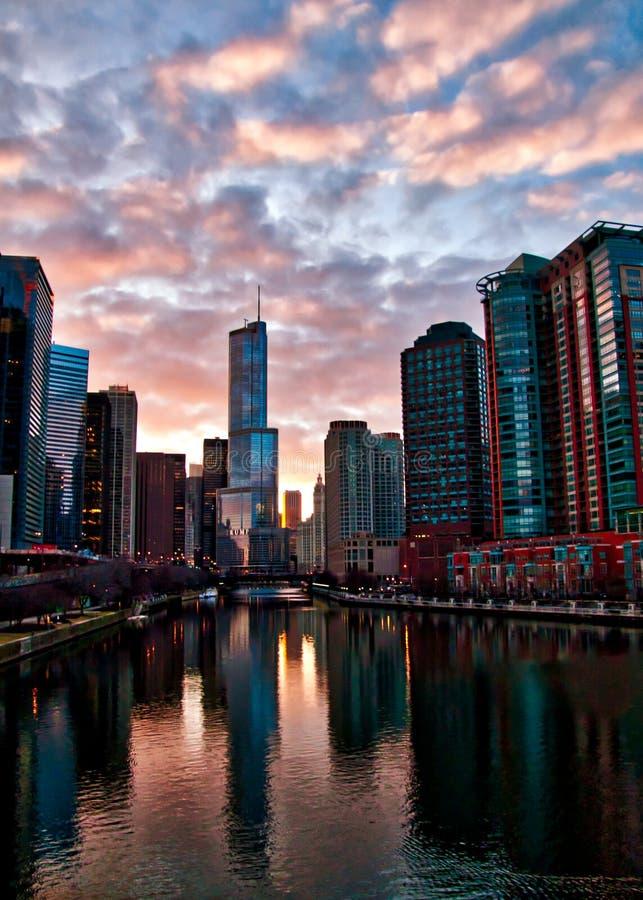 Ο ποταμός του Σικάγου απεικονίζει stunningly τη εικονική παράσταση πόλης μετά από μια χειμερινή θύελλα ως σύννεφα σαφή και ο ήλιο στοκ εικόνα