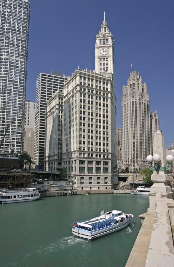 Ο ποταμός του Σικάγου, η βάρκα κρουαζιέρας και οι ουρανοξύστες συμπεριλαμβανομένου του κτηρίου Wrigley στοκ φωτογραφία