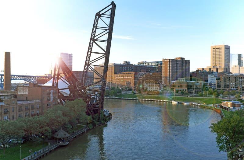 Ο ποταμός Cuyahoga τυλίγεται μέσω του Κλίβελαντ, Οχάιο, ΗΠΑ στοκ φωτογραφία με δικαίωμα ελεύθερης χρήσης