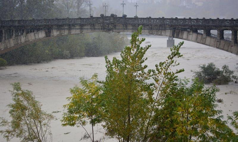 Ο ποταμός Piave που πρήζεται από τη βροχή και το χαλάζι στοκ φωτογραφία με δικαίωμα ελεύθερης χρήσης