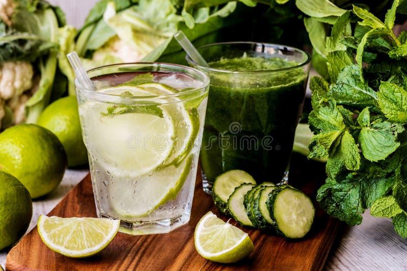 Ο πράσινος καταφερτζής και detox ποτίζει με τον ασβέστη, τη μέντα και τον πάγο στο ξύλινο υπόβαθρο Διατροφή Detox Κινηματογράφηση στοκ εικόνες με δικαίωμα ελεύθερης χρήσης