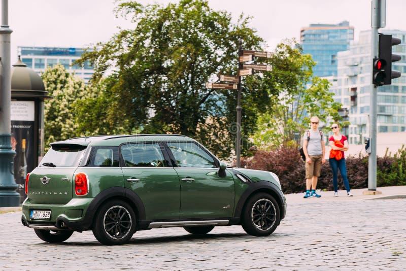 Ο πράσινος μίνι χωρικός του Mini Cooper αυτοκινήτων χρώματος κινείται στην οδό στοκ εικόνα με δικαίωμα ελεύθερης χρήσης