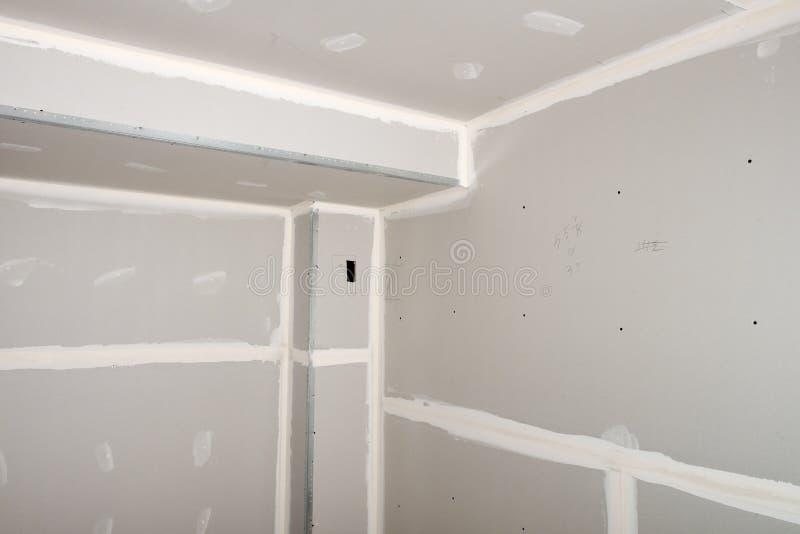 Η εγχώρια βελτίωση, σπίτι αναδιαμορφώνει, ο ξηρός τοίχος εγκαθιστά στοκ εικόνα