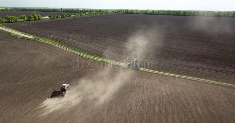 Ο προγραμματισμός λειτουργεί στον τομέα, ένα τρακτέρ με έναν βωλοκόπο, όργωμα, εδαφολογική προετοιμασία για τις γεωργικές εργασίε στοκ εικόνες