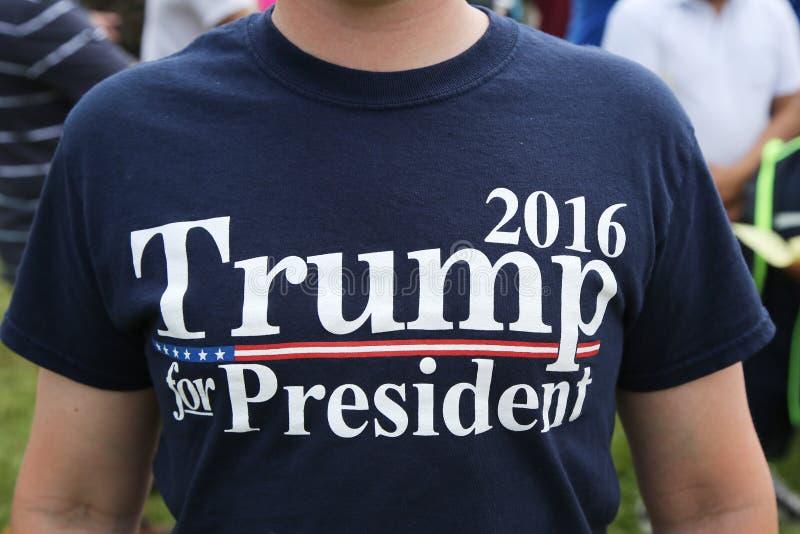 Ο προεδρικός υποστηρικτής του Donal Trump υποψηφίων φορά την μπλούζα με το ατού το 2016 σημαδιών για τον Πρόεδρο στοκ φωτογραφίες με δικαίωμα ελεύθερης χρήσης