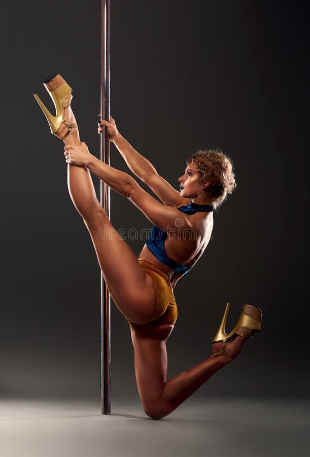 Ο προκλητικός θηλυκός χορευτής πόλων με το στάδιο κοιτάζει στοκ εικόνες