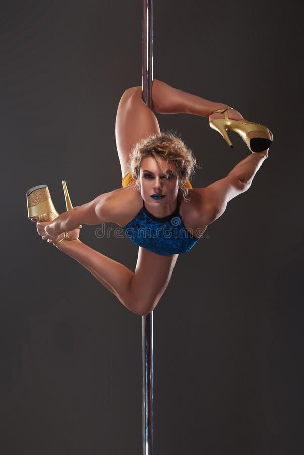 Ο προκλητικός θηλυκός χορευτής πόλων με το στάδιο κοιτάζει στοκ φωτογραφία με δικαίωμα ελεύθερης χρήσης