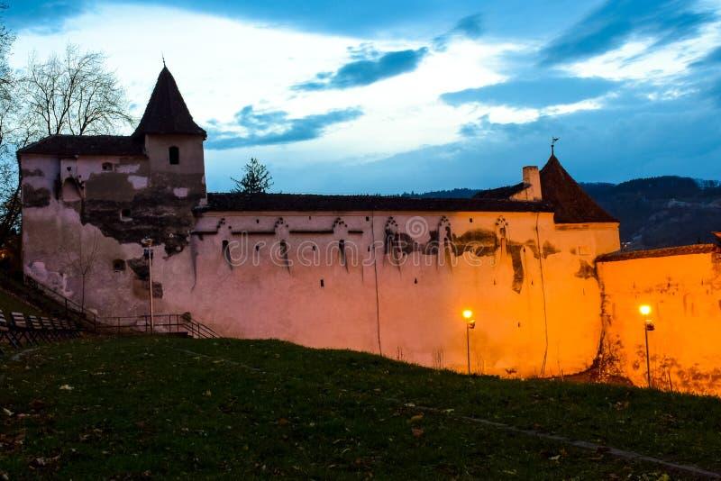 Ο προμαχώνας των υφαντών και ο παλαιός τοίχος που περιβάλλει την παλαιά πόλη Brasov Inage στην μπλε ώρα στοκ φωτογραφία με δικαίωμα ελεύθερης χρήσης