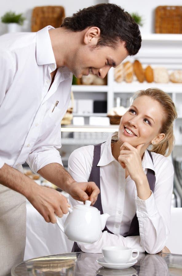 Ο προσεκτικός σερβιτόρος στοκ εικόνες με δικαίωμα ελεύθερης χρήσης