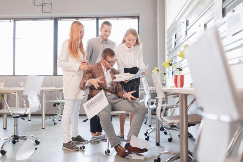 Ο προϊστάμενος ελέγχει την εργασία που γίνεται Θέμα εργασίας γραφείων στοκ φωτογραφία