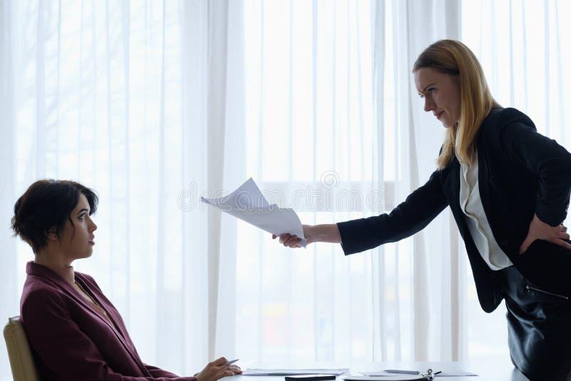 Ο 0 προϊστάμενος επιπλήττει την επίπληξη επιχειρησιακών γυναικών υπαλλήλων στοκ εικόνες