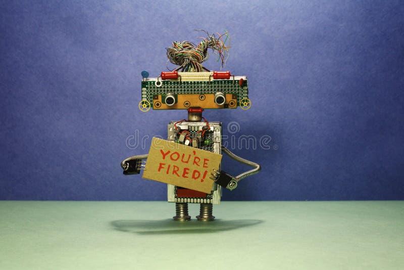 Ο προϊστάμενος ρομπότ απομακρύνει το προσωπικό Το ρομπότ παρουσιάζει σημάδι χαρτονιού με το κείμενο που βάζεστε φωτιά ανασκόπηση  στοκ φωτογραφία με δικαίωμα ελεύθερης χρήσης