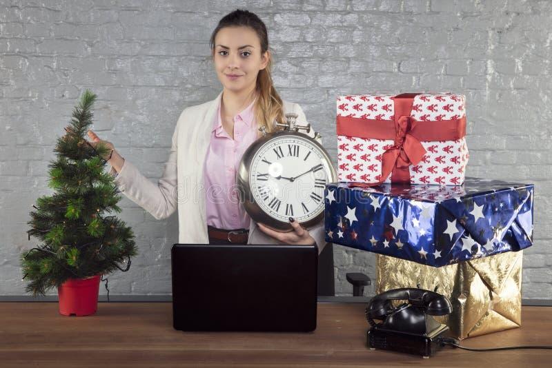 Ο προϊστάμενος υπενθυμίζει σε σας για τις διακοπές, το ρολόι στο χέρι σας στοκ φωτογραφία με δικαίωμα ελεύθερης χρήσης