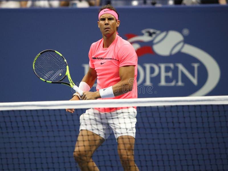 Ο πρωτοπόρος Rafael Nadal του Grand Slam της Ισπανίας στη δράση κατά τη διάρκεια των ΗΠΑ του ανοίγει την πρώτη στρογγυλή αντιστοι στοκ εικόνα