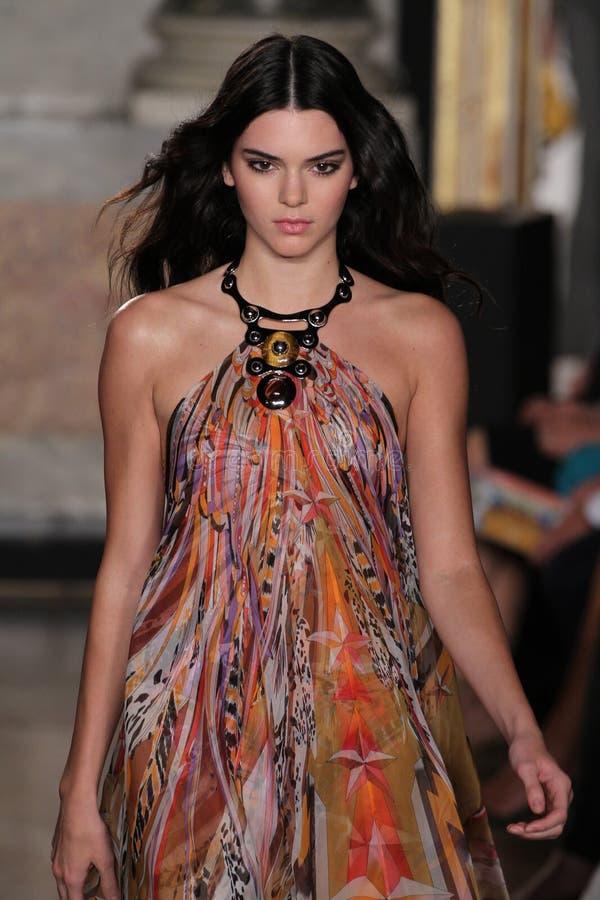 Ο πρότυπος Kendall Jenner περπατά το διάδρομο στο Emilio Pucci παρουσιάζει ως μέρος της εβδομάδας μόδας του Μιλάνου στοκ φωτογραφίες με δικαίωμα ελεύθερης χρήσης