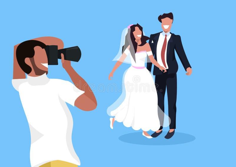 Ο πυροβολισμός γαμήλιων φωτογράφων στη κάμερα newlyweds το ζεύγος γυναικών που θέτει μαζί τον άνδρα που παίρνει την επαγγελματική διανυσματική απεικόνιση