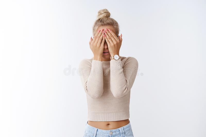 Ο πυροβολισμός στούντιο της atractive Ευρωπαίας ξανθής γυναίκας που καλύπτει τα μάτια με τους φοίνικες φόβισε και τρομοκράτησε στ στοκ φωτογραφία με δικαίωμα ελεύθερης χρήσης