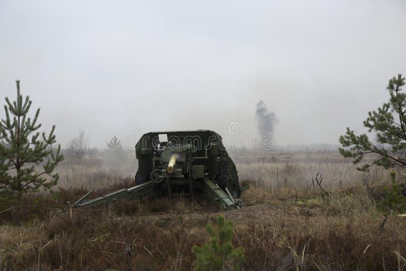 Ο πυροβολισμός της πυράς πυροβολικού στοκ φωτογραφίες