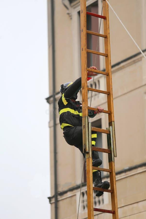 Ο πυροσβέστης αναρριχείται επάνω από τη σκάλα στοκ φωτογραφία με δικαίωμα ελεύθερης χρήσης