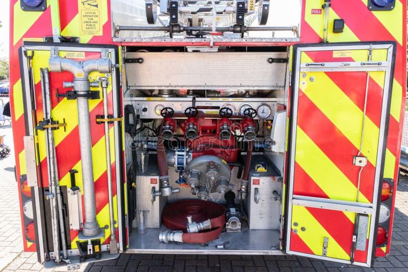 Ο πυροσβεστικός εξοπλισμός στο πίσω μέρος ενός βρετανικού πυροσβεστικού κινητήρα από την πυροσβεστική υπηρεσία του Hampshire στοκ εικόνες