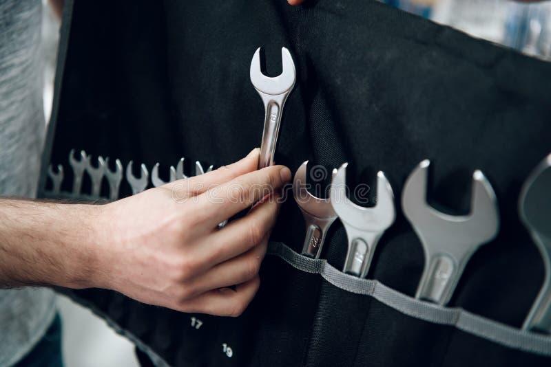 Ο πωλητής παρουσιάζει γενειοφόρο σύνολο πελατών γαλλικών κλειδιών στο κατάστημα εργαλείων δύναμης στοκ εικόνες με δικαίωμα ελεύθερης χρήσης