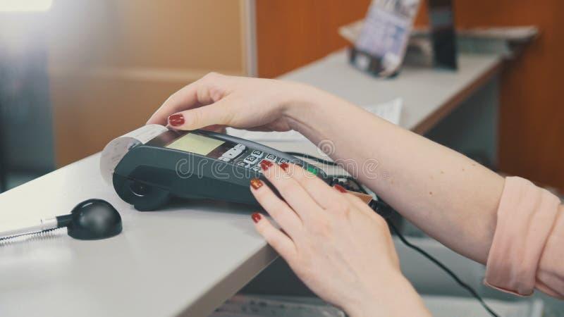 Ο πωλητής στο κατάστημα κάνει μια πληρωμή από την πιστωτική κάρτα στοκ εικόνες