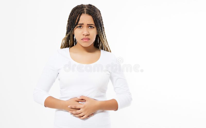 Ο πόνος στομαχιών γυναικών, που υφίσταται το μαύρο κορίτσι που απομονώνεται, αρμοσφίκτες περιόδου, γυναίκα έχει τον πόνο στομαχιώ στοκ εικόνες