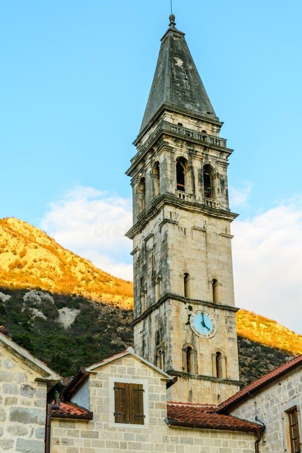 Ο πύργος εκκλησιών με ένα ρολόι στην παλαιά πόλη Perast, Montene στοκ φωτογραφία με δικαίωμα ελεύθερης χρήσης