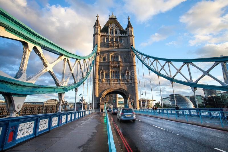 Ο πύργος και η γέφυρα στοκ φωτογραφία με δικαίωμα ελεύθερης χρήσης