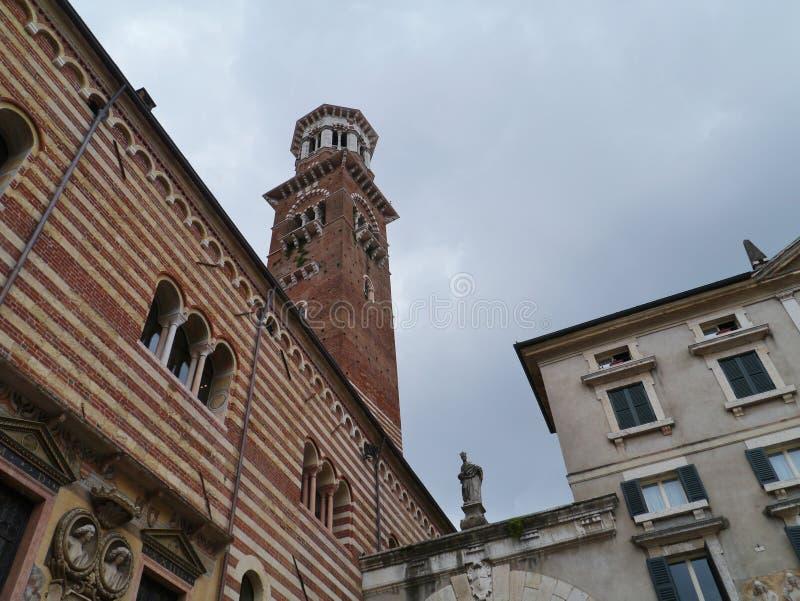 Ο πύργος και το palazzo Maffei Gardella στοκ εικόνα