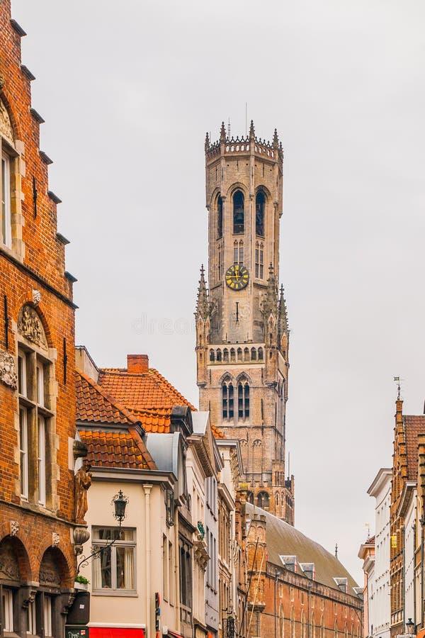 Ο πύργος καμπαναριών, aka Μπέλφορτ, της Μπρυζ, μεσαιωνικός πύργος κουδουνιών στο ιστορικό κέντρο της Μπρυζ, Βέλγιο στενό χρωμάτων στοκ εικόνες