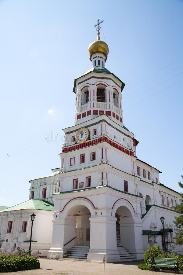 Ο πύργος κουδουνιών του καθεδρικού ναού του Άγιου Βασίλη στο μοναστήρι nikolo-Perervinsky στη Μόσχα στοκ εικόνες