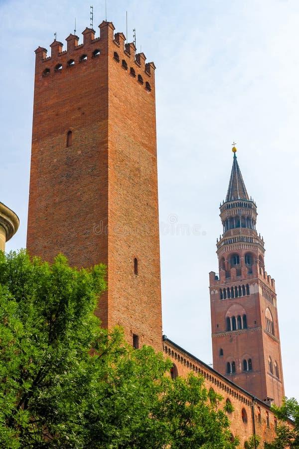 Ο πύργος κουδουνιών Torrazzo με τα αρχαία κτήρια στοκ φωτογραφίες με δικαίωμα ελεύθερης χρήσης