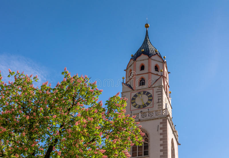 ο πύργος κουδουνιών του καθεδρικού ναού του Άγιου Βασίλη σε Merano, Μπολτζάνο, νότιο Τύρολο, Ιταλία στοκ εικόνες με δικαίωμα ελεύθερης χρήσης