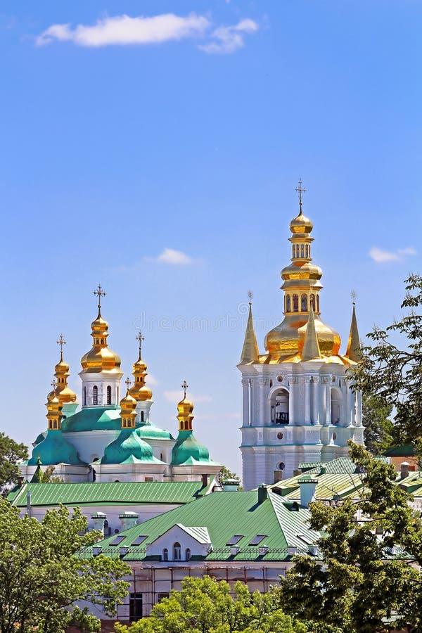 Ο πύργος κουδουνιών των απόμακρων σπηλιών και η εκκλησία της γέννησης ευλόγησαν την ιερή υπόθεση της Virgin του μοναστηριού του Κ στοκ φωτογραφίες