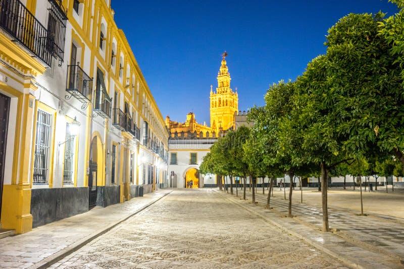 Ο πύργος κουδουνιών Giralda άναψε επάνω τη νύχτα στη Σεβίλη, Ισπανία, Ευρώπη στοκ εικόνες με δικαίωμα ελεύθερης χρήσης