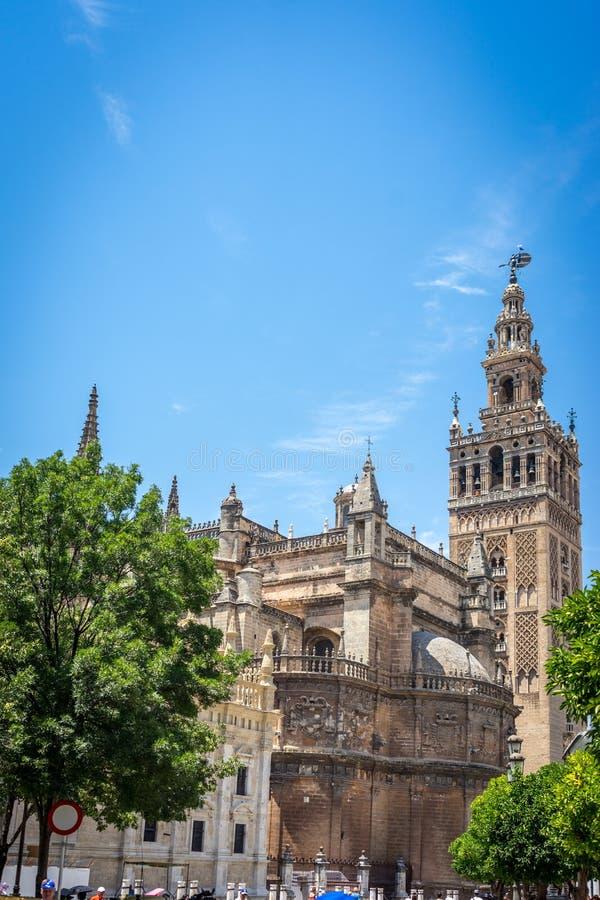 Ο πύργος κουδουνιών Giralda με τον καθεδρικό ναό στη Σεβίλη, Ισπανία, ΕΥΡ στοκ φωτογραφία