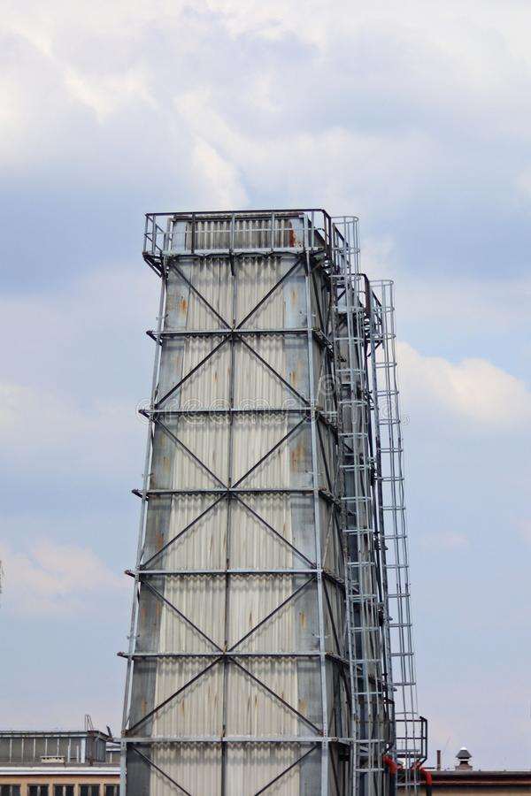 Ο πύργος νερού είναι κατασκευή χάλυβα που προστατεύεται από την πλάκα Σπίτι σχεδίου κατασκευής Technology αρχιτεκτονική βιομηχανι στοκ εικόνες με δικαίωμα ελεύθερης χρήσης