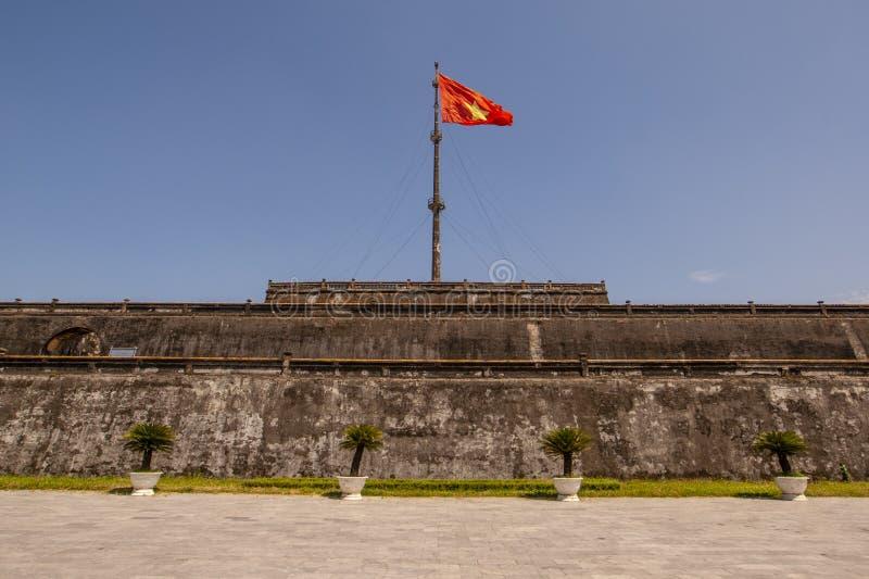 Ο πύργος σημαιών με το βιετναμέζικο μέρος δυναστείας Nguyen σημαιών της ακρόπολης στο χρώμα, η αρχαία πρωτεύουσα του Βιετνάμ στοκ εικόνα με δικαίωμα ελεύθερης χρήσης