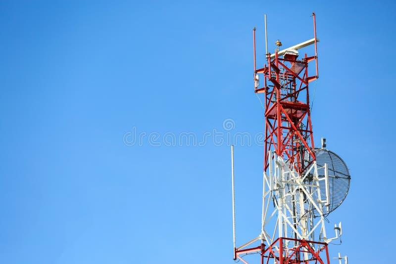 Ο πύργος τηλεπικοινωνιών εγκαθιστά τον εξοπλισμό επικοινωνίας για το σταλμένο σήμα στην πόλη, δορυφορικό δίκτυο τηλεπικοινωνιών π στοκ εικόνα
