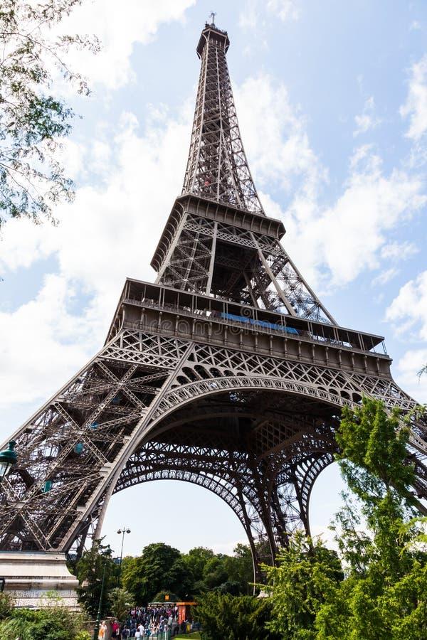 Ο πύργος του Άιφελ με τους τουρίστες που παρατάσσουν για τα εισιτήρια στοκ φωτογραφία με δικαίωμα ελεύθερης χρήσης